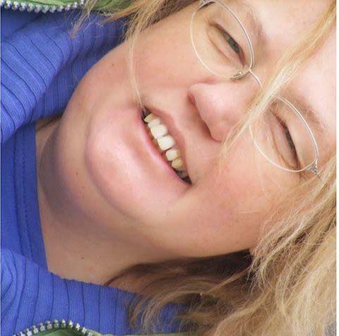 Író cimboráink – Miklya Luzsányi Mónika: cikkeket ír, cikcakkot szerkeszt és nem ciki számára a meseírás